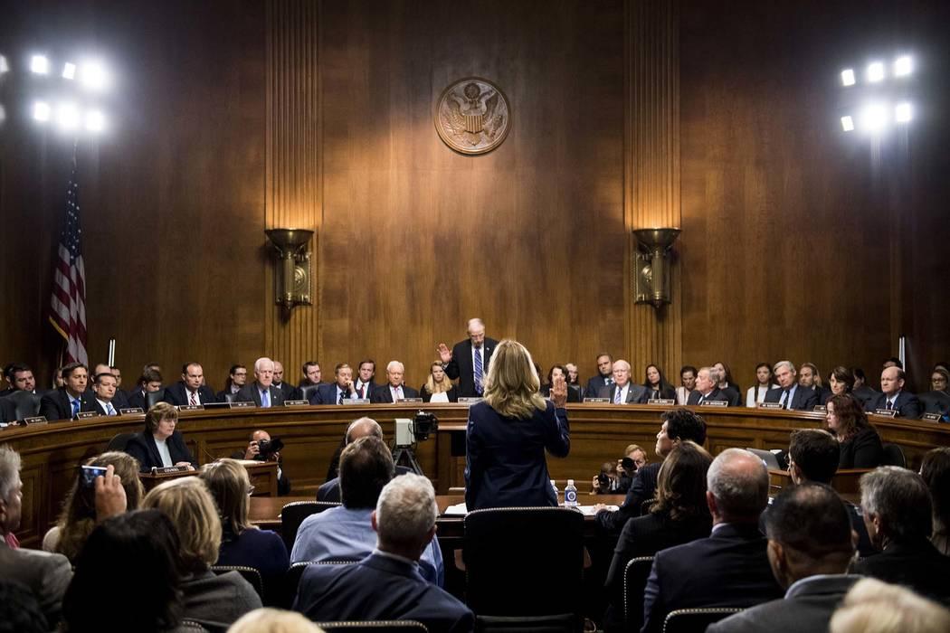 Christine Blasey Ford es juramentada por el presidente del Comité Judicial del Senado, Chuck Grassley, R-Iowa, para declarar ante el Comité Judicial del Senado en Capitol Hill en Washington, el ...