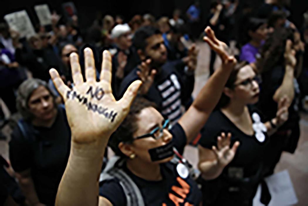 Los manifestantes se reúnen en el edificio de la Oficina del Senado de Hart en Capitol Hill, Washington, el jueves 27 de septiembre de 2018. El Comité Judicial del Senado escucha al nominado de ...