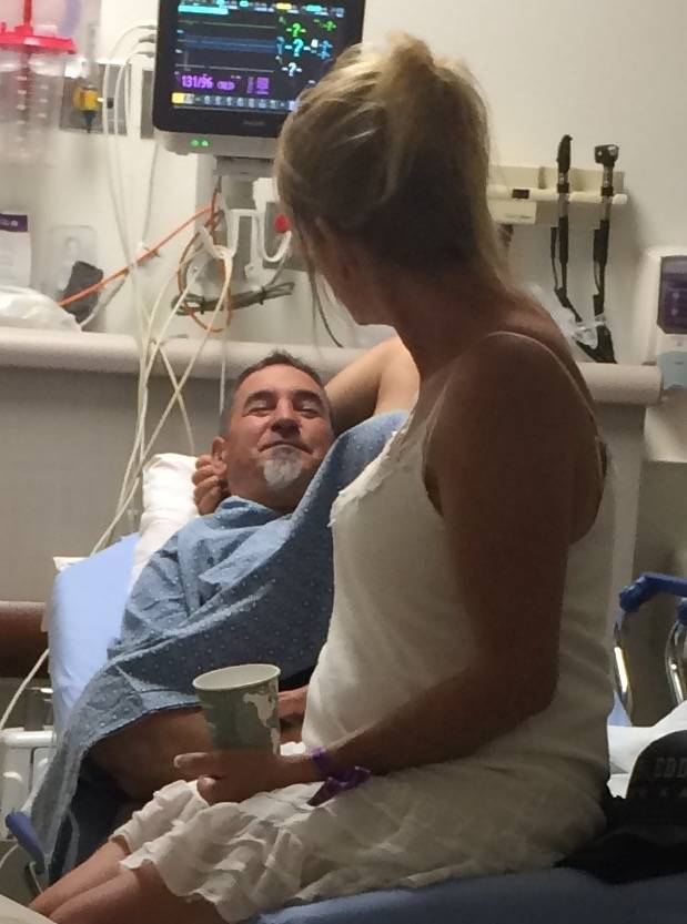 Tami LeBrun, de 53 años, mira con amor a su esposo, Brian LeBrun, de 54 años, poco después de que recibió un disparo en el brazo derecho en el tiroteo masivo del 1 de octubre de 2017 en el Str ...