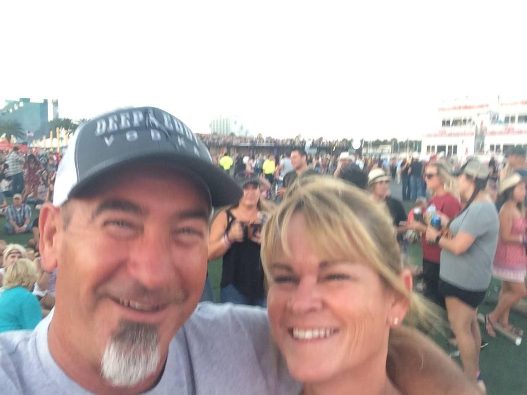 Tami LeBrun, de 53 años, con su esposo, Brian LeBrun, de 54, en el Festival Route Harvest 91 antes del tiroteo del 1 de octubre de 2017. (Cortesía de Tami LeBrun)