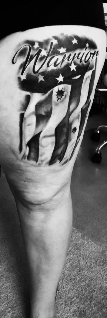Nadine Lusmoeller muestra el tatuaje en su muslo izquierdo que cubre las cicatrices de las heridas de bala que se produjeron en el tiroteo del 1 de octubre en el Strip de Las Vegas. (Cortesía de ...