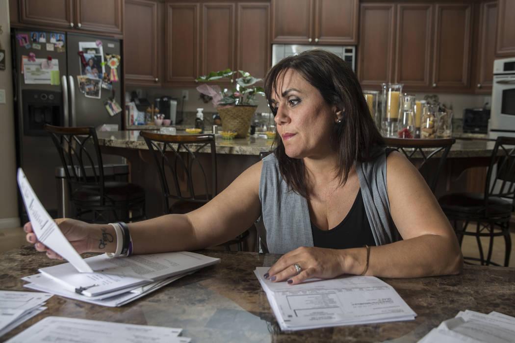 Rose Janise mira las facturas médicas de su hija Rylie Golgart que acumuló después de recibir un disparo en la espalda durante el tiroteo en Route 91 el jueves 20 de septiembre de 2018, en la c ...