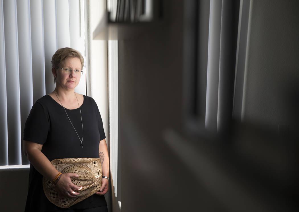 La residente de Las Vegas y sobreviviente del Route 91, Nadine Lusmoeller, de 40 años, posa en un lote vacío cerca de su casa en el valle oeste de Las Vegas el viernes 22 de septiembre de 2018. ...