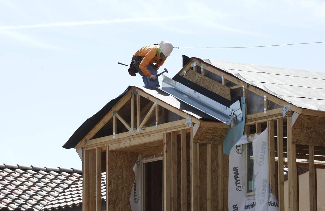 Un trabajador de construcción coloca el techo de una casa nueva en Cove en Southern Highlands y St. Rose Parkways el miércoles 18 de abril de 2018, en Las Vegas. Bizuayehu Tesfaye / Las Vegas Re ...