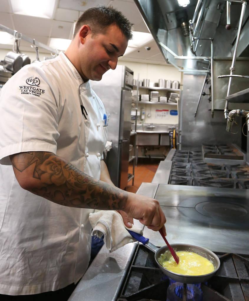 El chef Steve Young revuelve huevos mientras los prepara suaves en Edge Steakhouse el jueves 20 de septiembre de 2018, en Las Vegas. Young usa mantequilla, leche, sal marina y cebolleta para hacer ...
