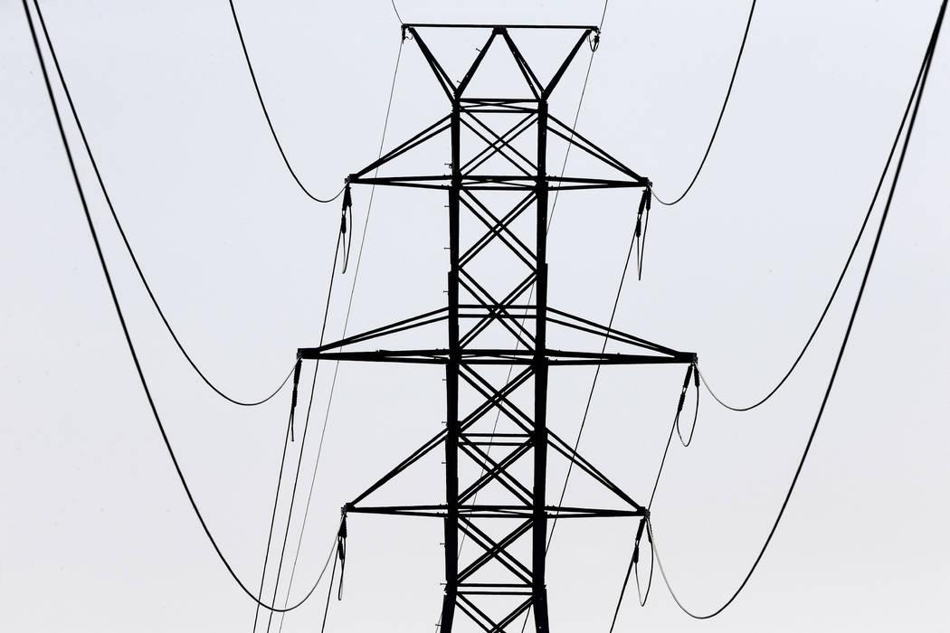 ARCHIVO: en esta foto de archivo del 14 de agosto de 2018, las líneas de transmisión de energía transportan electricidad a lo largo de las carreteras interestatales 40 e I-85 en el Condado de O ...