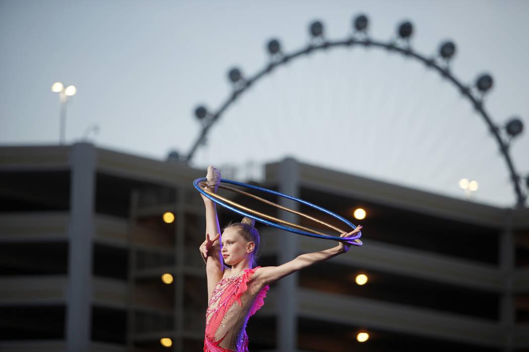 Una bailarina de la Academia Rítmica de Nevada se presenta en el evento de la ceremonia de inauguración de Madison Square Garden Sphere, un nuevo local que se inaugurará en 2021 en Las Vegas el ...