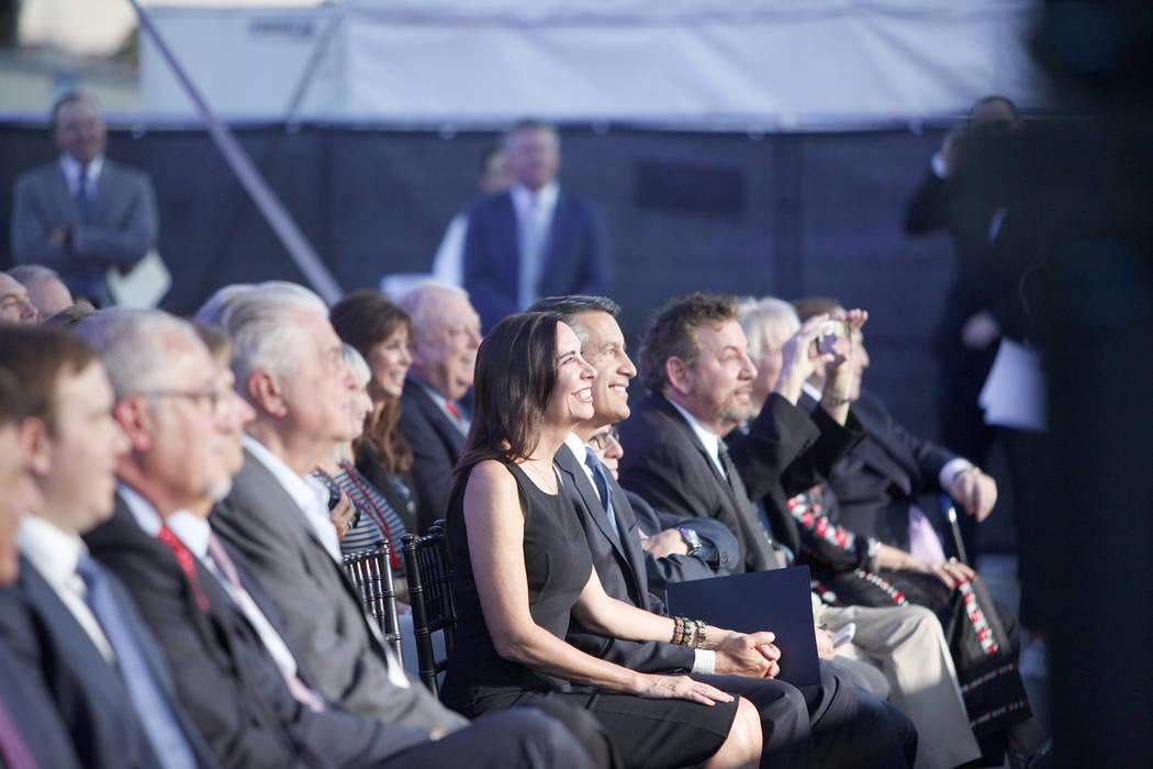 Ejecutivos y políticos, entre ellos el gobernador Brian Sandoval y su esposa Lauralyn McCarthy, se alinean en la primera fila del evento de la ceremonia de inauguración del Madison Square Garden ...