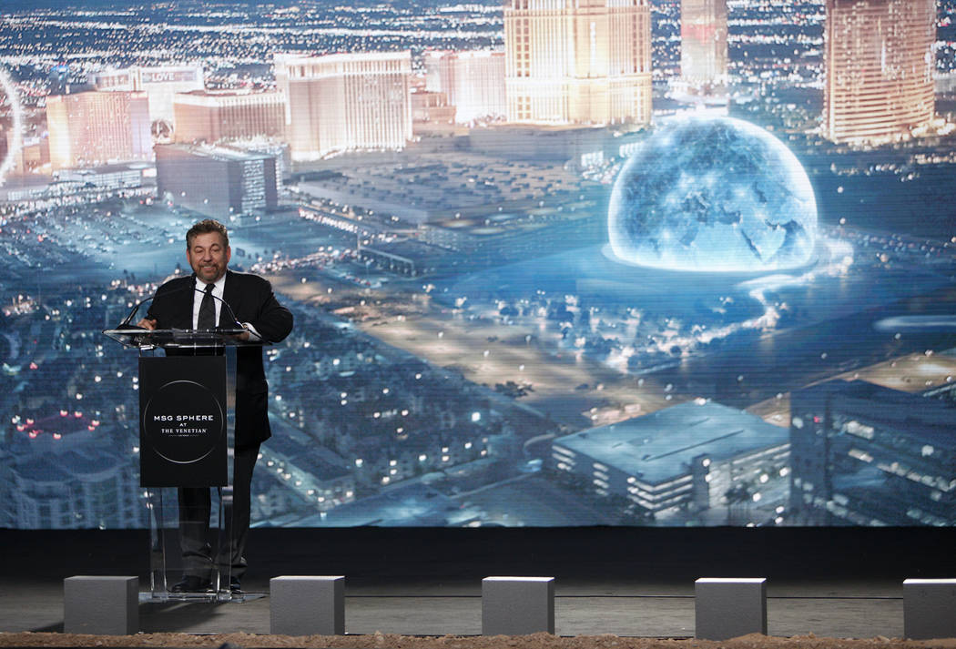 James Dolan, director ejecutivo de Madison Square Garden Co., se dirige a la multitud en el evento de inauguración de la Esfera Madison Square Garden, un nuevo local que se inaugurará en 2021 en ...