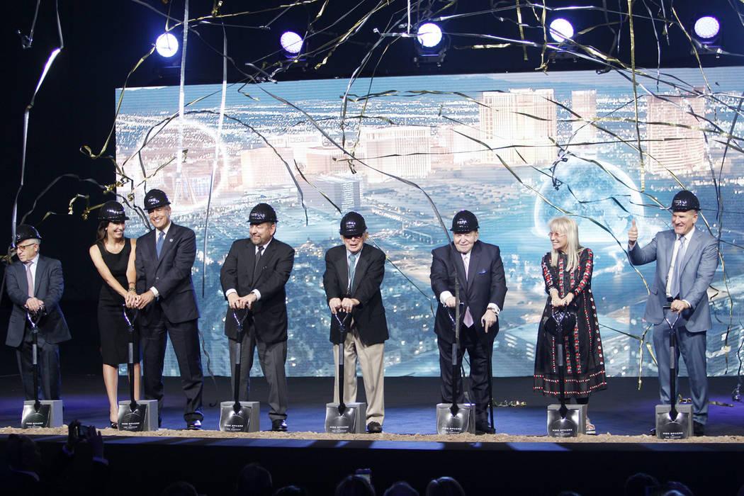 El gobernador Brian Sandoval, cuarto desde la izquierda, con su esposa, Lauralyn, y el presidente y CEO de Las Vegas Sands Corp., Sheldon Adelson, tercero desde la derecha, con su esposa, Miriam, ...