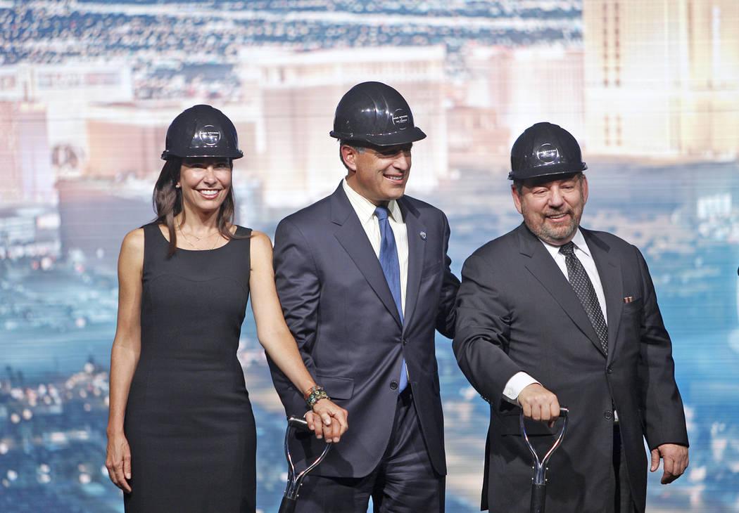 La primera dama del estado, Lauralyn McCarthy, desde la izquierda a derecha, el gobernador Brian Sandoval, y el presidente de Madison Square Garden, James Dolan, en el innovador evento para Madiso ...