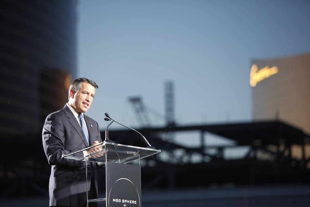 El gobernador Brian Sandoval se dirige a la multitud en el evento de la ceremonia de inauguración del Madison Square Garden Sphere, un nuevo local que se inaugurará en 2021 en Las Vegas, el juev ...