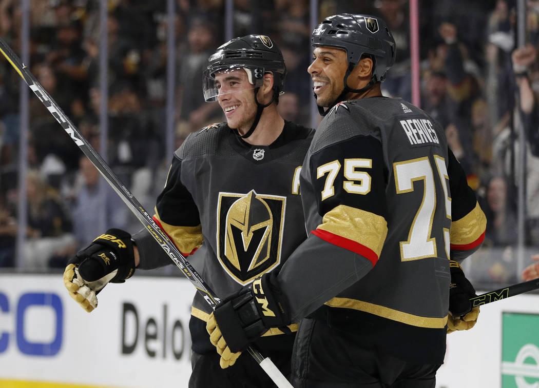 Ryan Reaves de Vegas Golden Knights, a la derecha, celebra después de que Reilly Smith, izquierda, anotara contra los San Jose Sharks durante el segundo período de un juego de hockey NHL de pret ...