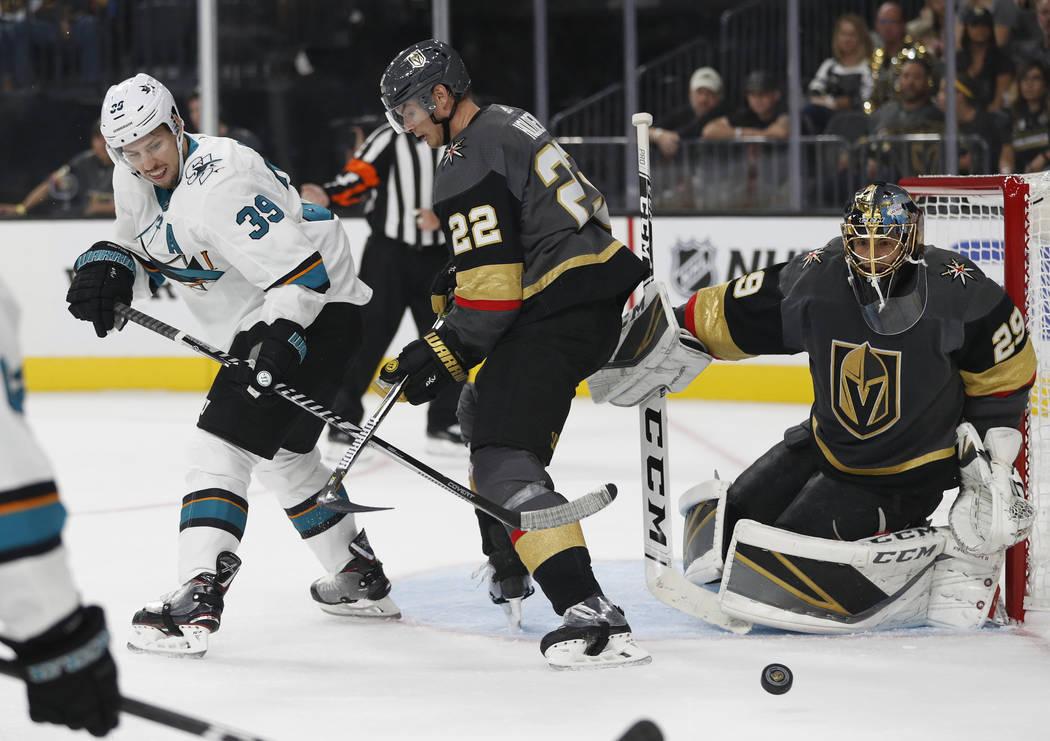 El centro de San Jose Sharks Logan Couture (39) lucha por el disco con el defensor de los Golden Knights, Nick Holden, durante el primer período de un juego de hockey NHL de pretemporada, el domi ...