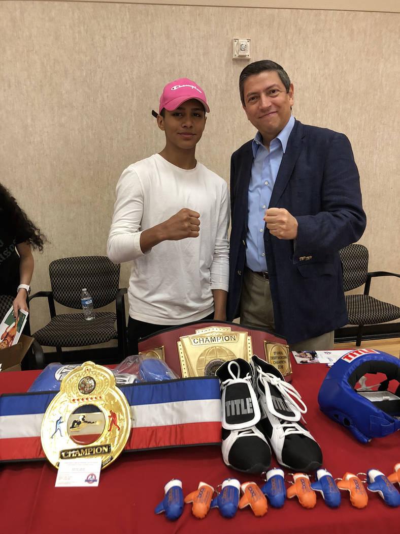 El niño boxeador Emiliano Fernando Vargas y el cónsul Alejandro Madrigal, 29 septiembre del 2018, en la Feria de la Salud y Servicios Comunitarios, en el Centro Comunitario del Este de LV. Foto ...
