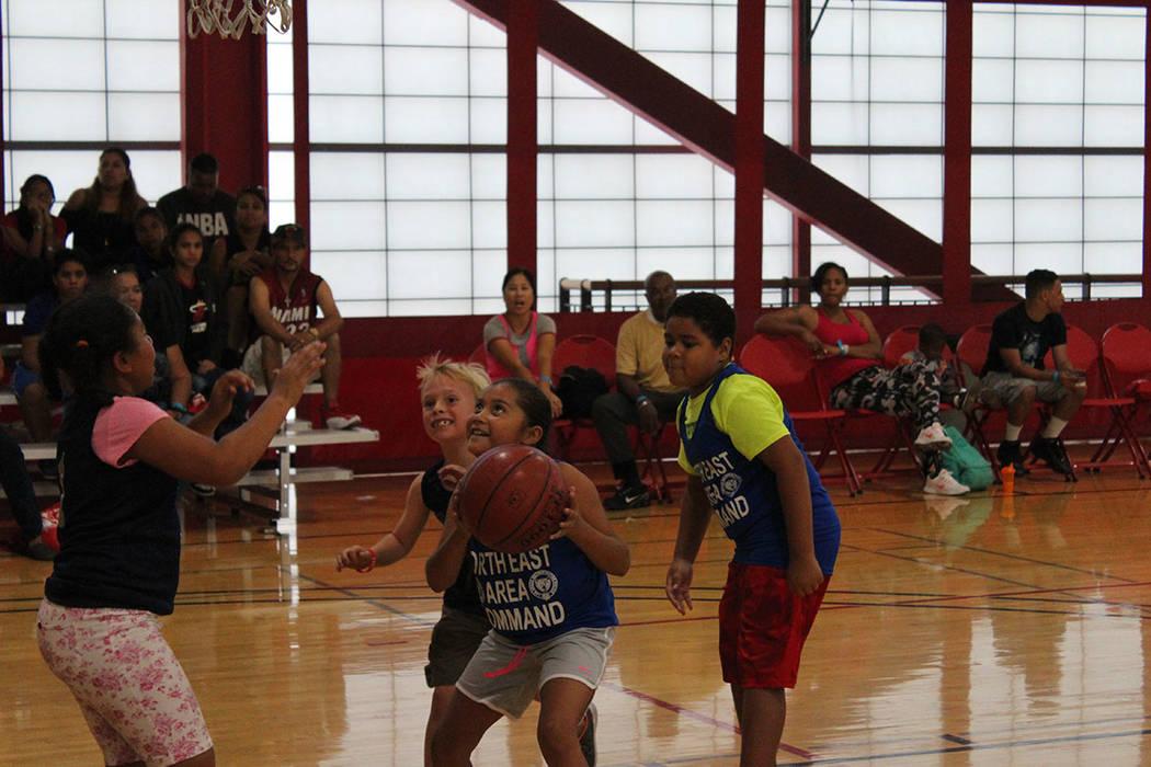 """Las niñas podían elegir ser jugadoras o """"cheerleaders"""" en el torneo. Sábado 29 de septiembre de 2018 en UNLV. Foto Cristian De la Rosa / El Tiempo - Contribuidor."""