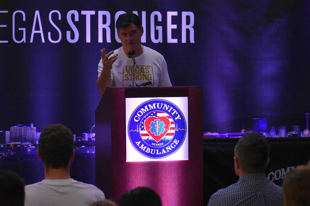 Representantes de Vegas Golden Knights se unieron al homenaje para los paramédicos que atendieron a cientos de heridos en la balacera del Festival Route 91 del 2017. Lunes 1 de octubre de 2018 en ...