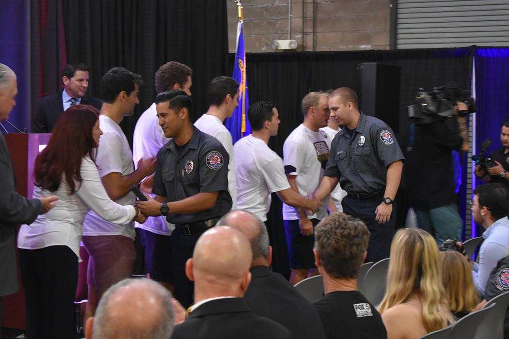 Los jugadores de Vegas Golden Knights entregaron 21 medallas de honor a los 21 paramédicos que auxiliaron a las víctimas de Route 91. Lunes 1 de octubre de 2018 en las instalaciones de Community ...