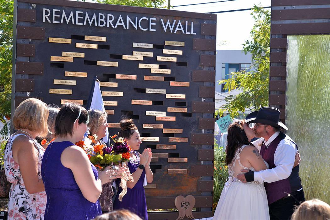 Regina y Billy Bob, sobrevivientes del tiroteo, decidieron casarse en el primer aniversario de la tragedia. Lunes 1 de octubre de 2018, en el muro dedicado a la memoria de las víctimas en el jard ...