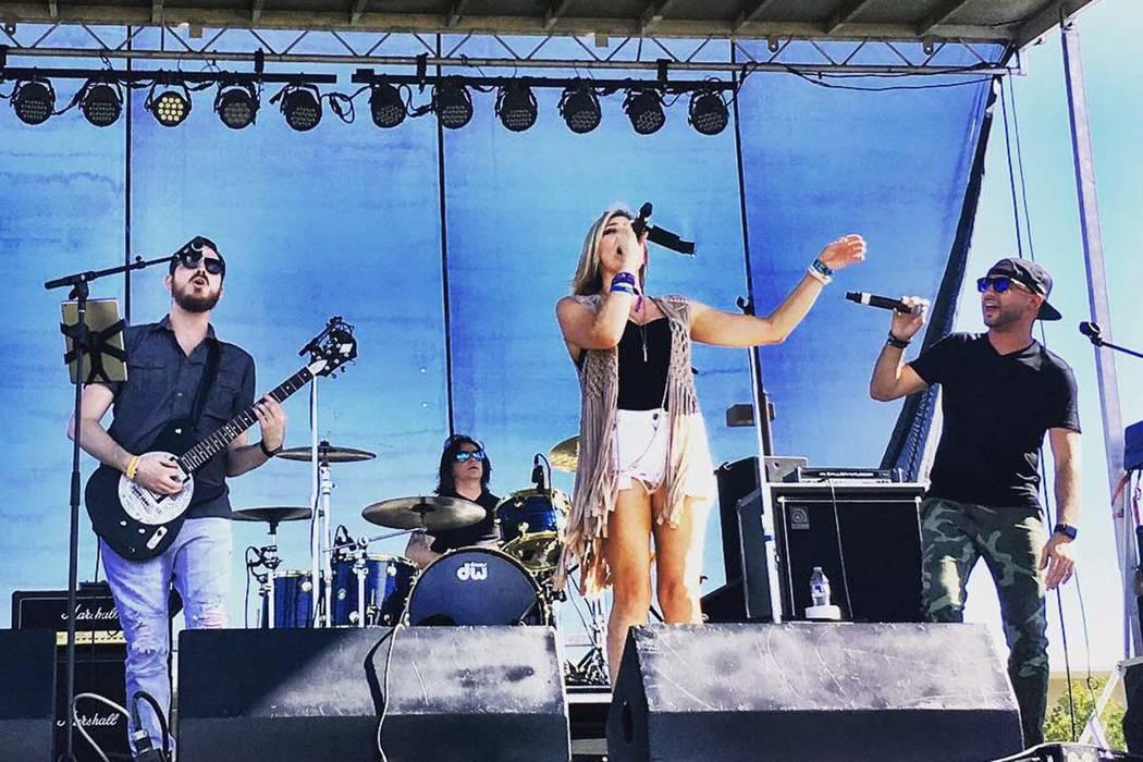 Jase Naron, Shon McKee y Krystal Goddard se presentan en Route 91 Reunion en Centennial Hills Park el sábado, 29 de septiembre de 2018. (Amy McCaslin)