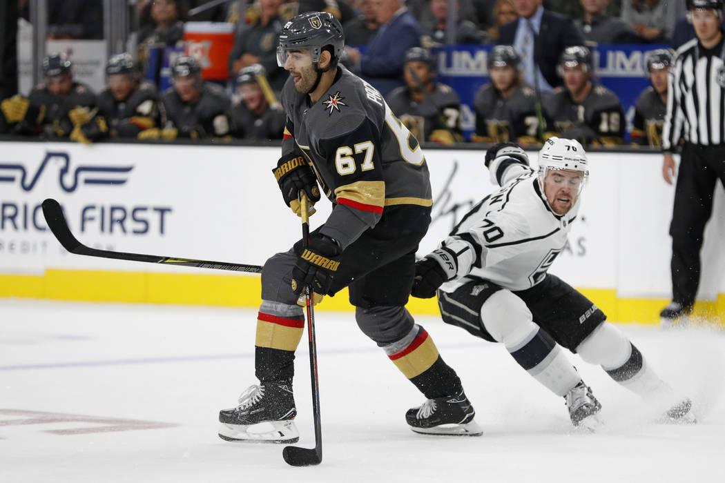 El alero izquierdo de los Golden Knights de Las Vegas, Max Pacioretty (67) patina alrededor del alero izquierdo de Los Ángeles Kings, Tanner Pearson, durante el tercer período de un partido de h ...
