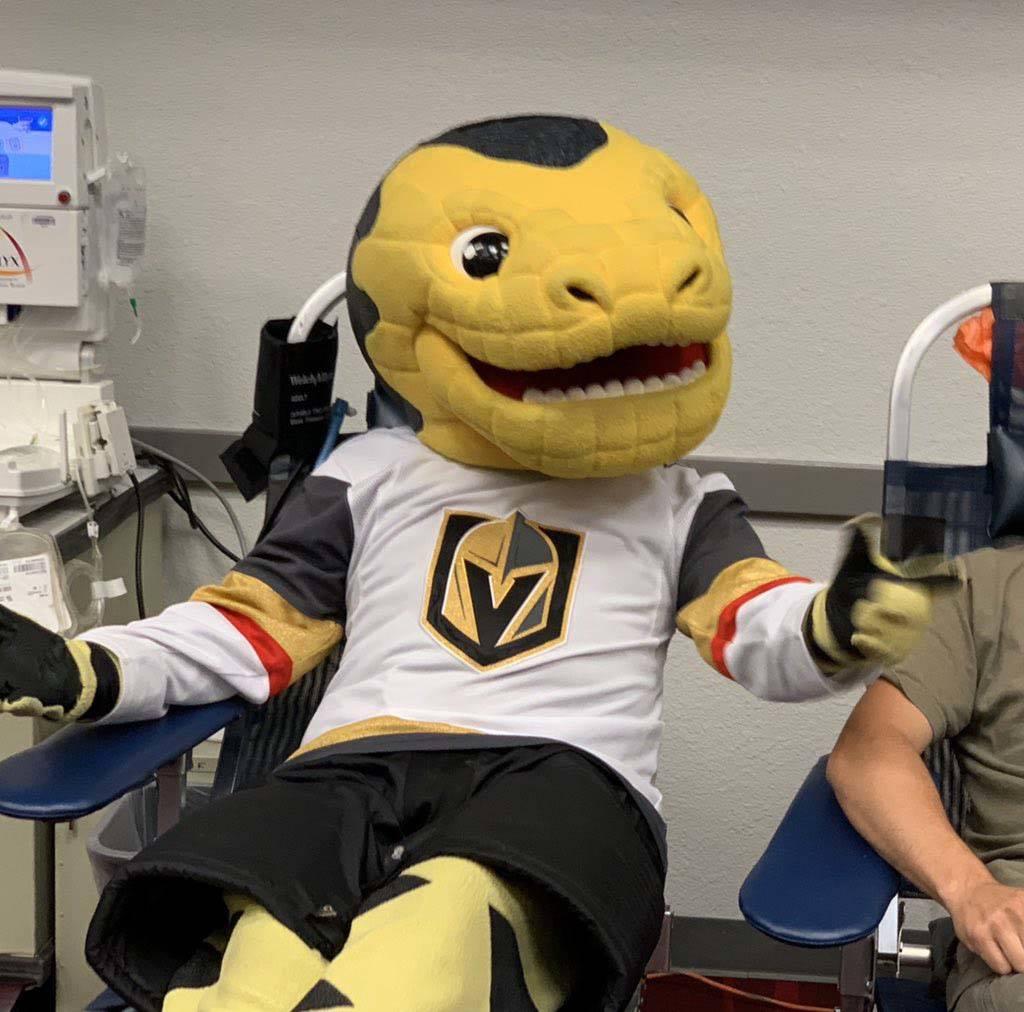 Chance, la mascota de los Golden Knights de Las Vegas, participa en la campaña de donación de sangre Vitalent en el Centro de Convenciones de Las Vegas en el primer aniversario del tiroteo el 1 ...