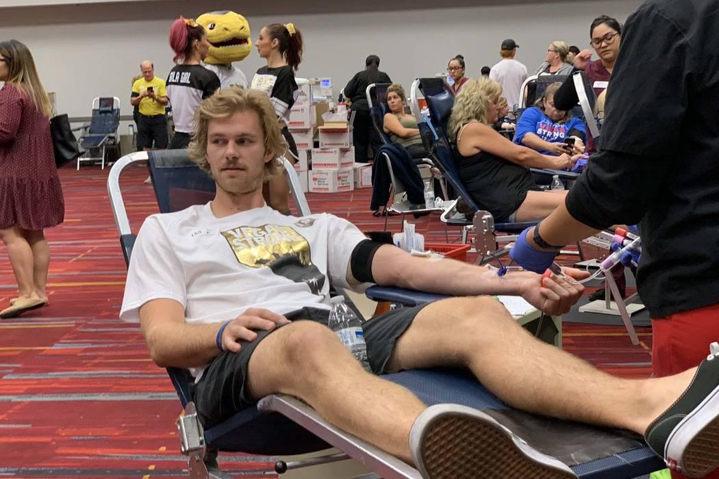Jon Merrill, miembro de los Golden Knights de Las Vegas, dona sangre durante la campaña de donación de sangre Vitalent en el Centro de Convenciones de Las Vegas en el primer aniversario del tiro ...