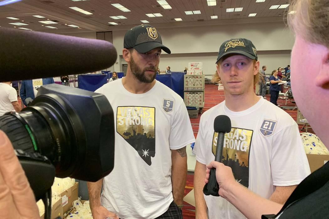 Deryk Engelland, a la izquierda, y Cody Eakin, de los Caballeros Dorados de Las Vegas, llegan para participar en la campaña de donación de sangre Vitalent en el Centro de Convenciones de Las Veg ...