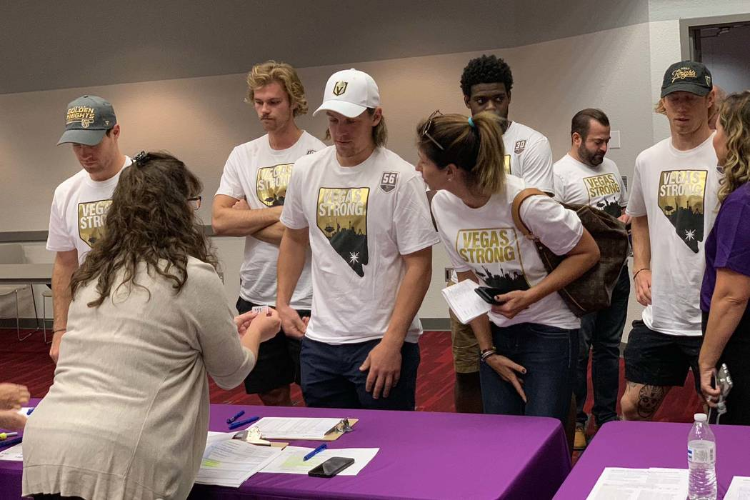 Miembros de los Golden Knights de Las Vegas llegan para participar en la campaña de donación de sangre Vitalent en el Centro de Convenciones de Las Vegas en el primer aniversario del tiroteo en ...