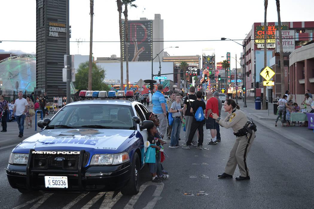 Ocho comandos adicionales del área de LVMPD organizaron eventos de National Night Out. La policía de North Las Vegas también participó en los suyos. Martes 2 de octubre de 2018, en Downtown Ar ...