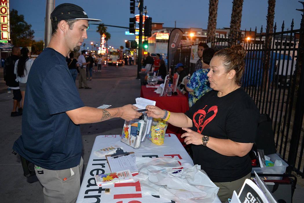 Yasodara Cabrera, ejecutiva de FEAT, ofreció valiosa información para ayudar a gente que tenga niños con autismo. Martes 2 de octubre de 2018, en Downtown Area Command. Foto Frank Alejandre / E ...