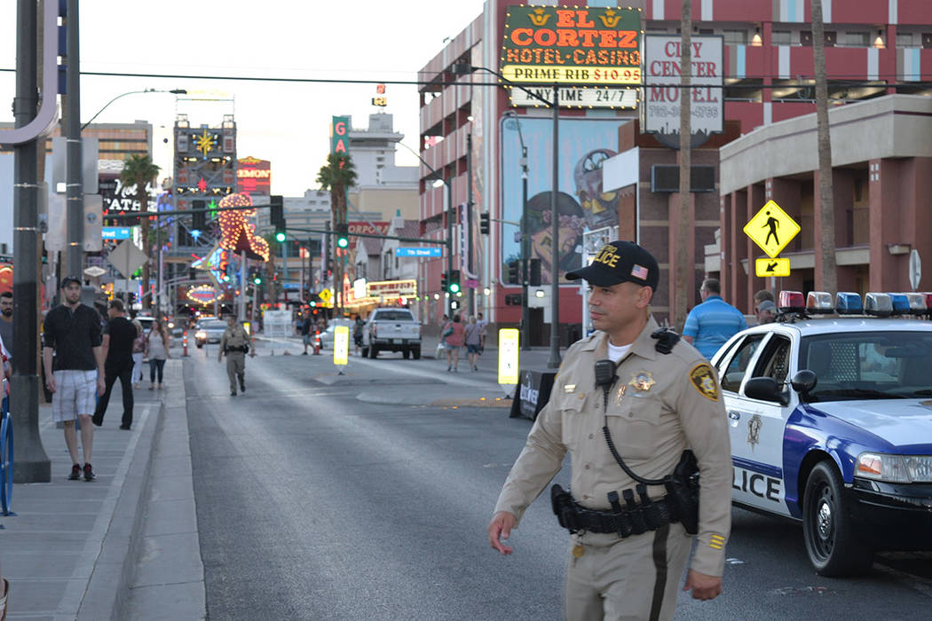 Núñez, oficial del Departamento de Policía Metropolitano de Las Vegas, caminó e informó a la gente que acudió al evento. Martes 2 de octubre de 2018, en Downtown Area Command. Foto Frank Ale ...
