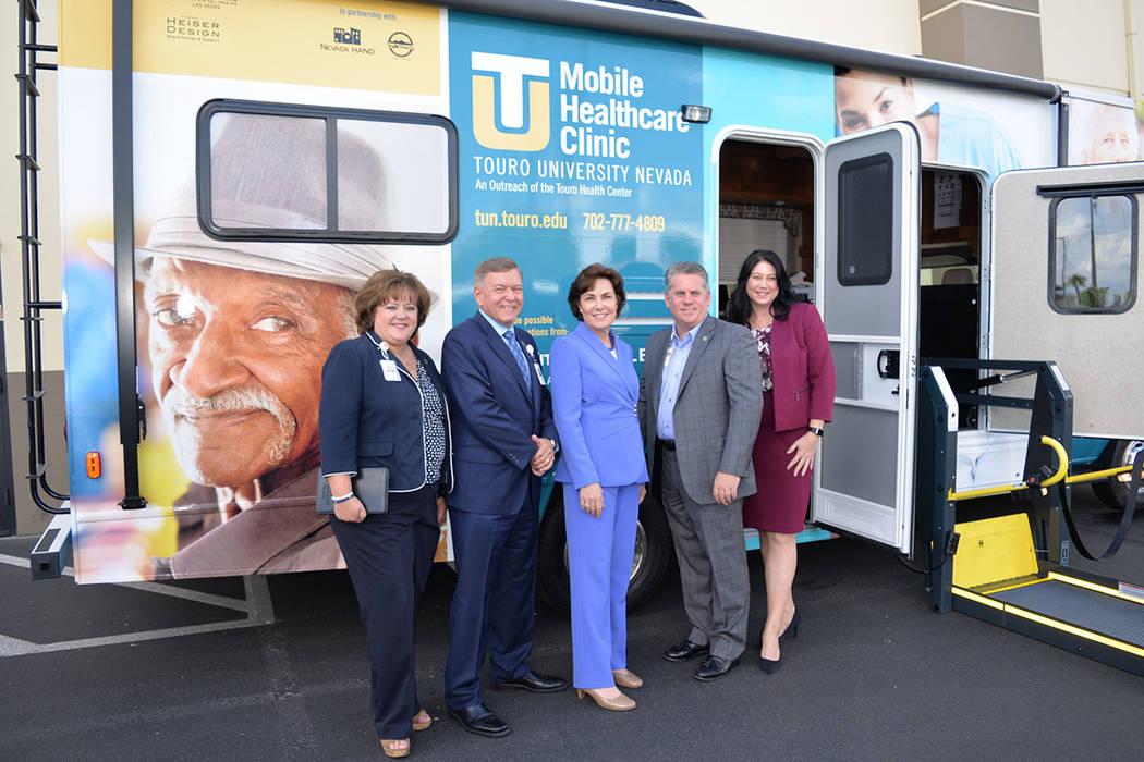 La congresista Jacky Rosen dice trabajar para proteger al consumidor nevadense. En la foto, al frente de una unidad móvil que será puesta en operación para dar servicio a las personas mayores. ...