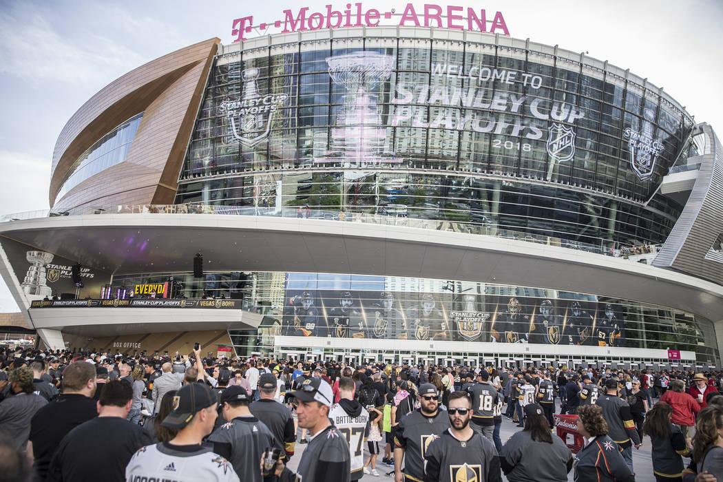 Este archivo de fotos del 11 de abril de 2018 muestra a los fans frente T-Mobile Arena antes del inicio del partido de postemporada en la primer ronda de los Golden Knights contra Los Ángeles Kin ...