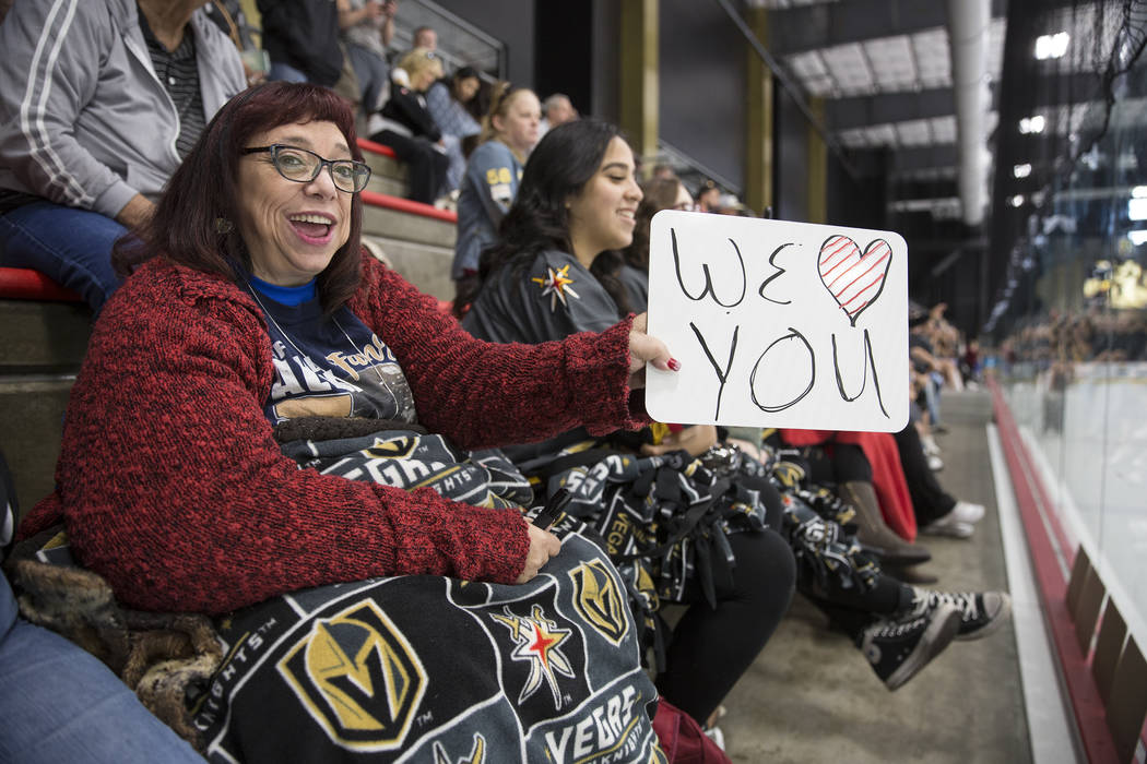 La fanática de los Golden Knights, Kathleen Craner, mira la práctica el miércoles 3 de octubre de 2018, en City National Arena, en Las Vegas. Benjamin Hager Las Vegas Review-Journal @benjaminhphoto