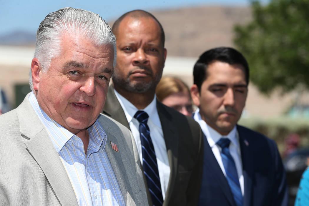 El comisionado del Condado de Clark, Steve Sisolak, a la izquierda, el líder de la mayoría en el Senado, Aaron Ford, y el asambleísta Nelson Araujo hablaron durante un mitin organizado por los ...
