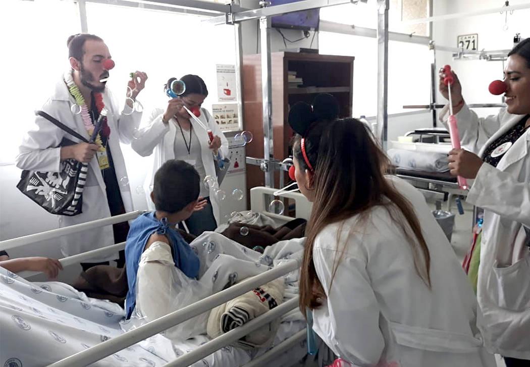 México, 4 Oct 2018 (Notimex-Especial ).- En uno de los estacionamientos del Hospital Juárez de México, un pequeño camión pintado de rojo y verde es uno de lo centros de operaciones de la Fund ...