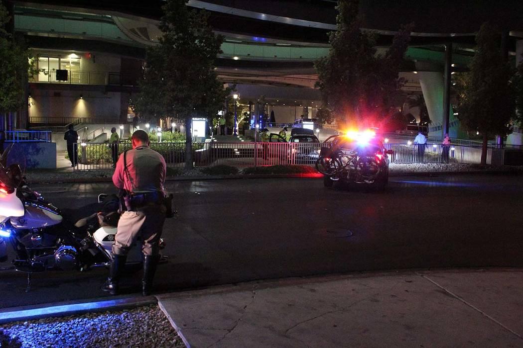 Un vehículo se encuentra debajo de la rueda de observación High Roller y al pie de los escalones que conducen a The Linq Promenade en el Strip de Las Vegas, el viernes 5 de octubre de 2018. (Max ...