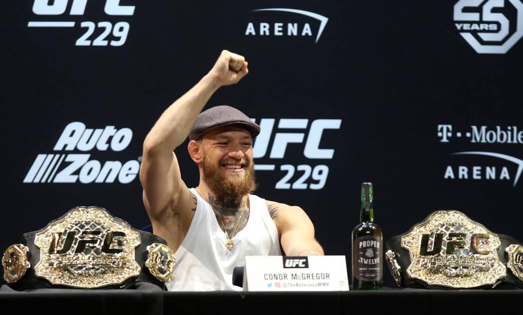 El ex campeón de peso ligero y pluma de UFC, Conor McGregor, hace gestos a los fans en la conferencia de prensa de UFC 229 en el Park Theater en el Parque MGM en Las Vegas, el jueves 4 de octubre ...