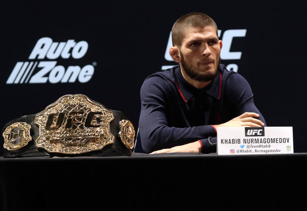 El campeón de peso ligero de UFC, Khabib Nurmagomedov espera para responder preguntas de los medios de comunicación en la rueda de prensa de UFC 229 en el Park Theatre de Las Vegas, el jueves 4 ...