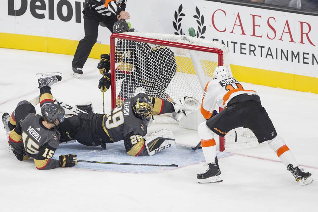 El jugador derecha de los Philadelphia Flyers, Wayne Simmonds (17), anota gol al portero de los Golden Knights, Marc-Andre Fleury (29), en el primer período durante su juego de hockey de la NHL, ...
