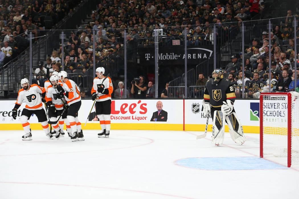 Marc-André Fleury, portero de los Golden Knights (29), a la derecha, observa cómo Philadelphia Flyers celebra un gol en el segundo período de un partido de hockey en T-Mobile Arena en Las Vegas ...