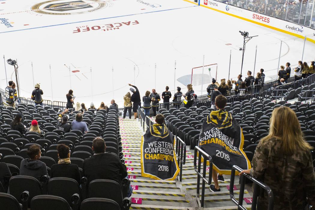 Los fanáticos se dirigen a sus asientos para el juego de apertura de la temporada entre los Golden Knights y los Philadelphia Flyers en el T-Mobile Arena en Las Vegas, el jueves 4 de octubre de 2 ...