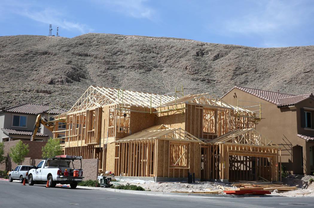 Nuevas casas en construcción en Cove en Southern Highlands y St. Rose parkways el miércoles, 18 de abril de 2018, en Las Vegas. Bizuayehu Tesfaye / Las Vegas Review-Journal @bizutesfaye