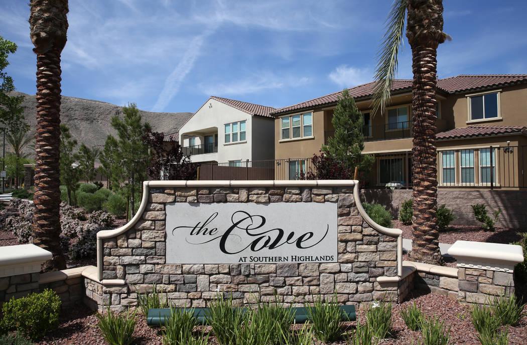 La entrada de Cove en Southern Highlands y St. Rose parkways se fotografió el miércoles 18 de abril de 2018, donde se están construyendo casas nuevas de uno y dos pisos en Las Vegas. Bizuayehu ...