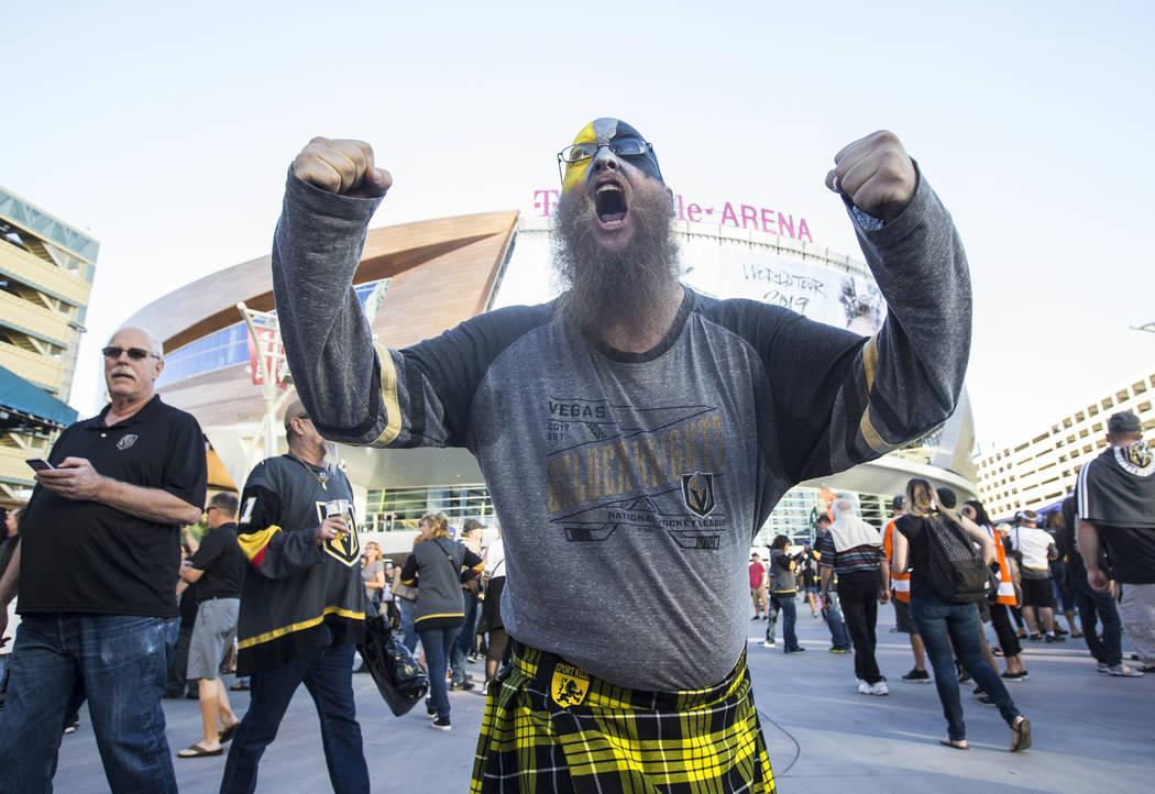 El fan de los Golden Knights, Charles Lynch, anima a la multitud antes del inicio del juego de hockey NHL de Las Vegas contra los Philadelphia Flyers el jueves 4 de octubre de 2018, en T-Mobile Ar ...