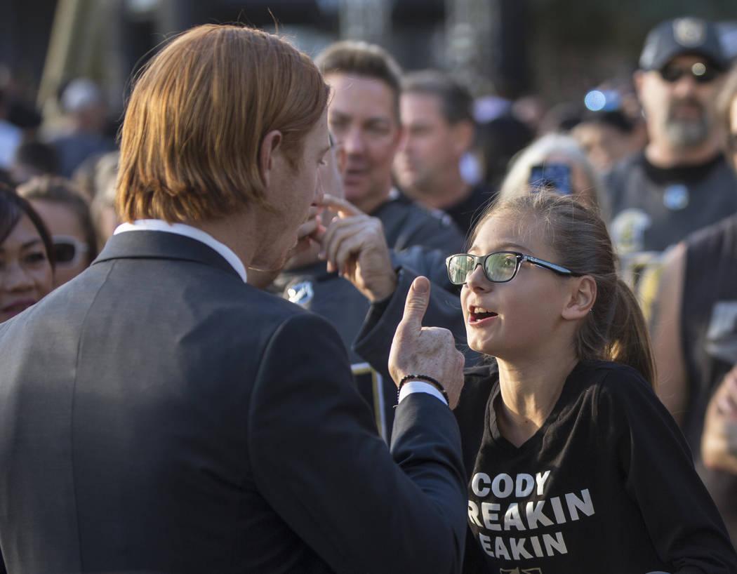 El centro de Golden Knights, Cody Eakin, a la izquierda, le da el visto bueno a Rebecca Statskin antes del inicio del juego de hockey de la NHL de Las Vegas con los Philadelphia Flyers el jueves 4 ...
