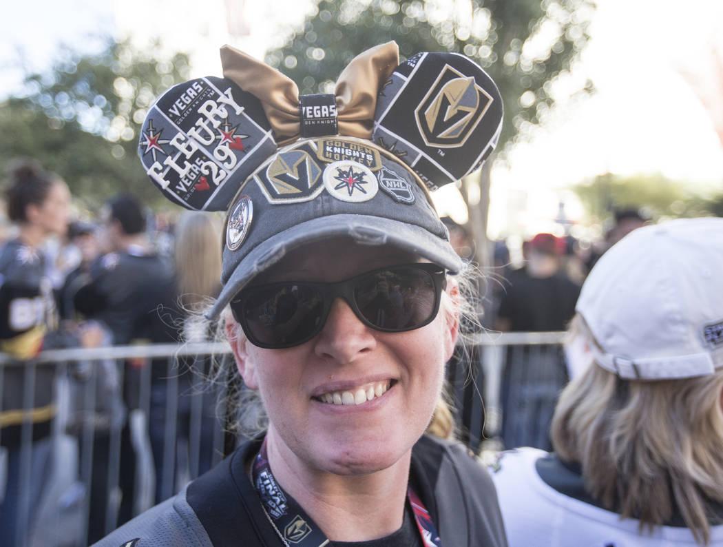 La fan de los Golden Knights, Lisa Milliken, antes del inicio del juego de hockey de la NHL en Las Vegas con los Philadelphia Flyers el jueves 4 de octubre de 2018, en T-Mobile Arena, en Las Vegas ...