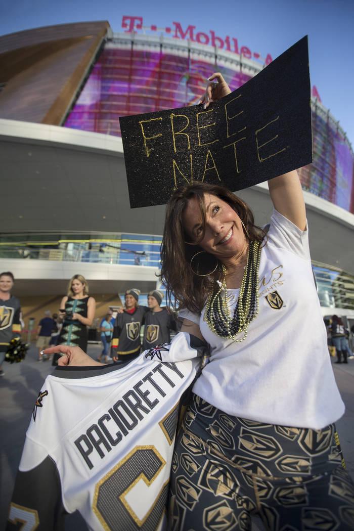 """La fan de los Golden Knights, Elizabeth Moreau, tiene un letrero de """"Free Nate"""" antes del inicio del juego de hockey NHL de Vegas con los Philadelphia Flyers el jueves 4 de octubre de 2018, en T-M ..."""