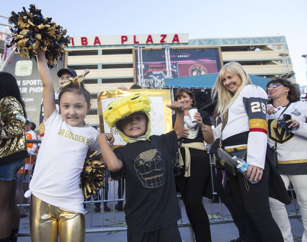 Los fans de los Golden Knights, Jackson Laricchia, izquierda, y su hermano Jameson antes del inicio del juego de hockey NHL de Las Vegas con los Philadelphia Flyers el jueves 4 de octubre de 2018, ...